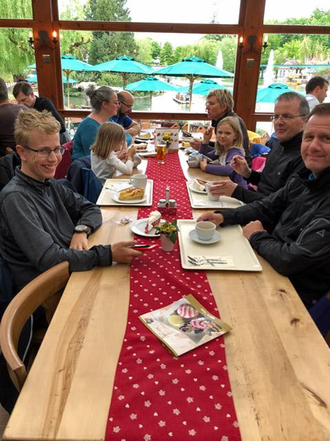 G_Kuchen-und-Kaffee-im-Restaurant-am-See