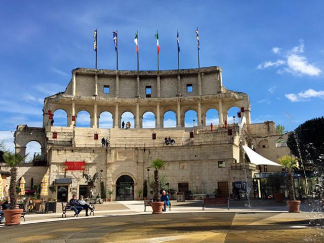 J_Imposante-Kulisse-vor-dem-Colosseo